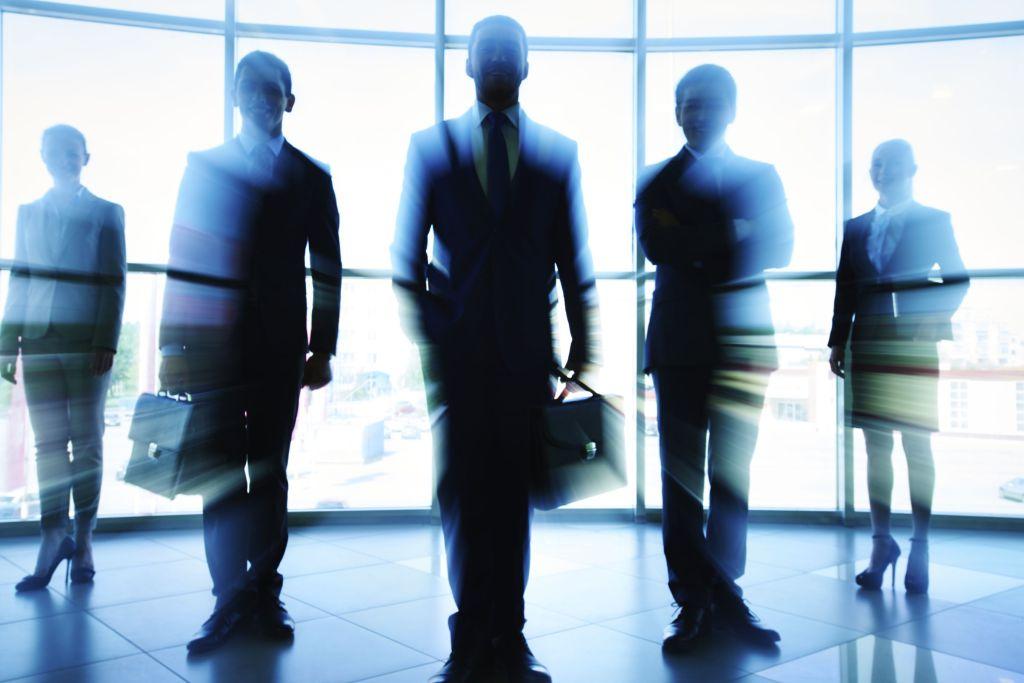Forretningsmenn i motlys, klar for jobb som advokat barnerett
