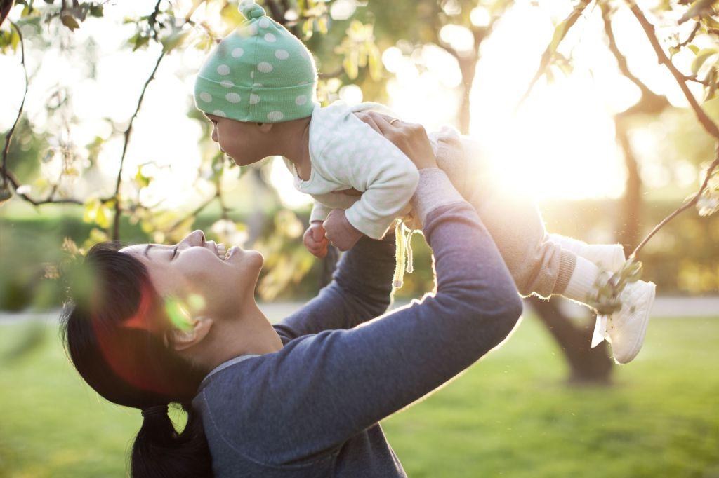 En mor løfter sitt barn