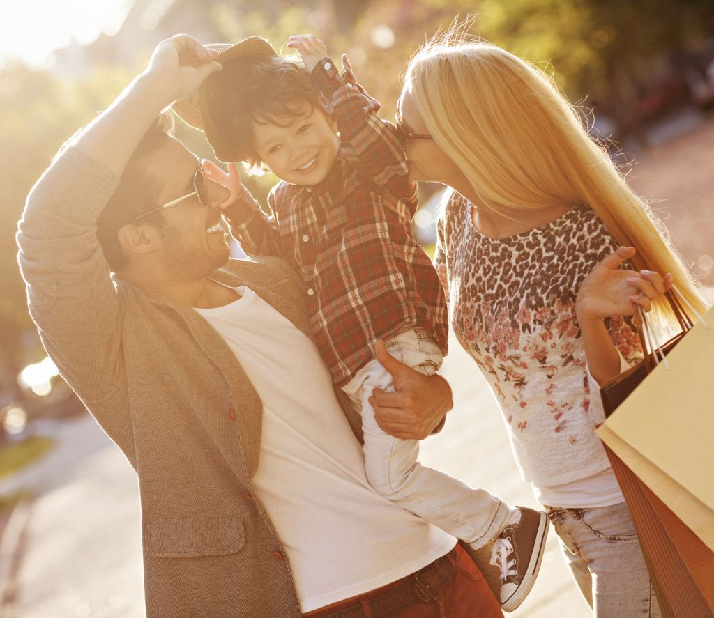 Ungt par med lite barn i solskinn